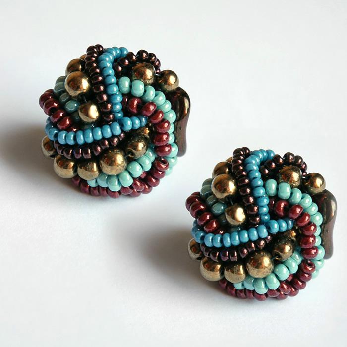 Серьги-гвоздики из бисера