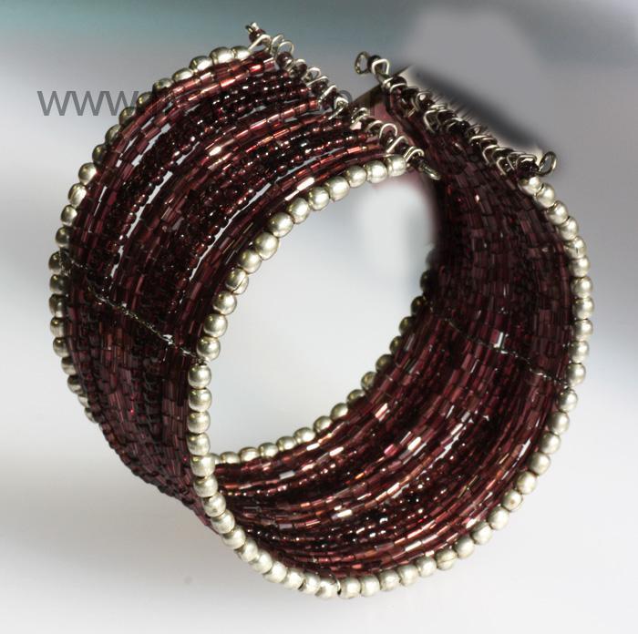 Широкий браслет из проволоки и бисера в стиле этника, Индия.